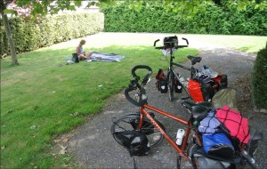 De fietsen staan stil, er wordt gepicknickt