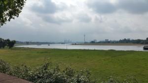 Zicht op de Rijn, vlak achter Düsseldorf