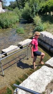 Petra neemt onderweg een Kneipp voetenbad. Puur natuur, in de rivier