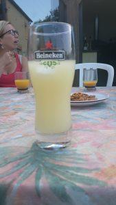 De vastheer serveert Ricard in een bierglas....