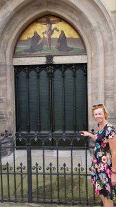 Bij de roemruchte deur waar Luther zijn 95 stellingen poneerde