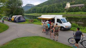 In de rij bij de bakkerskar op camping Konigstein