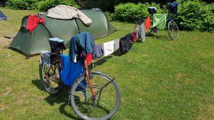 Met een beetje inventiviteit verander je twee fietsen zo in een droogrek....