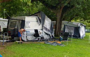 puin ruimen na de windhoos aan het Lago di Lecco