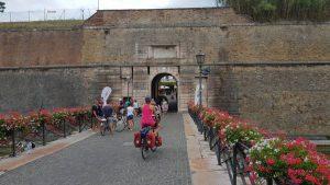 We passeren de oude stadspoort van Peschiera sul Garda