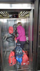 knokken met de fiets en de lift