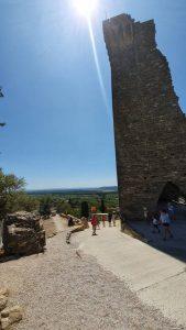 de restanten van kasteel dat boven Chateauneuf-du-pape uit torent