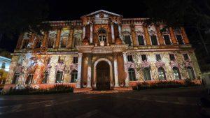 Het fraai verlichte stadhuis van Avignon