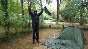 tentje inpakken in de plensregen op de camping van Villereal